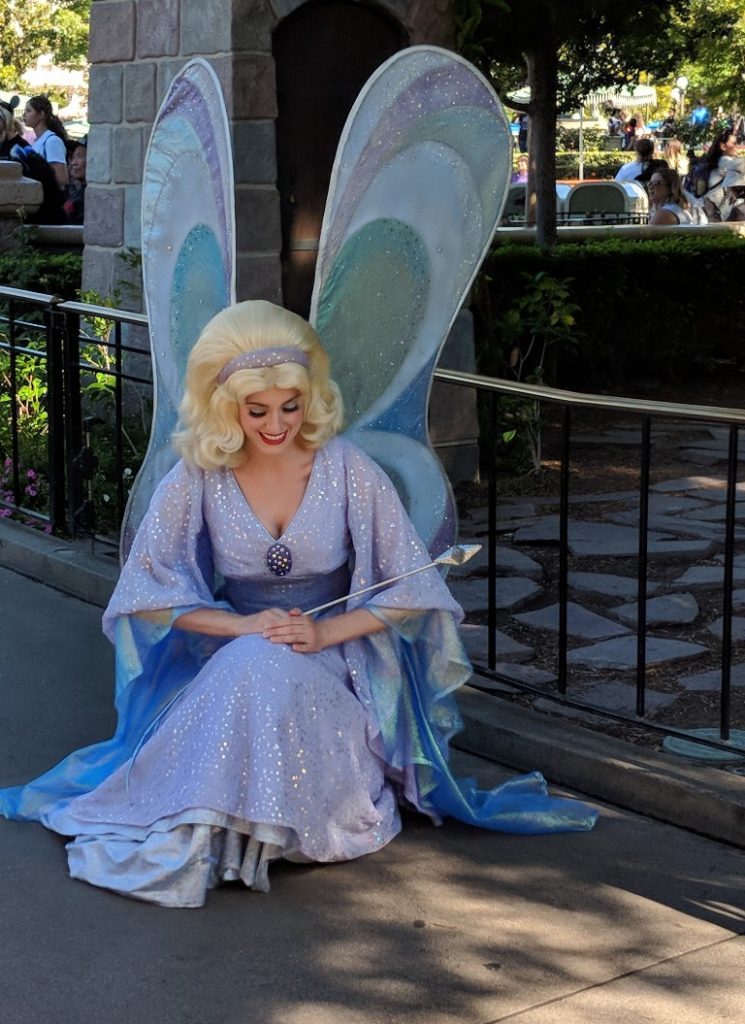 Meeting characters at Disneyland is a lot of fun, but finding Disneyland characters takes a little planning and a pinch of pixie dust. #disneyland #disneycharacters