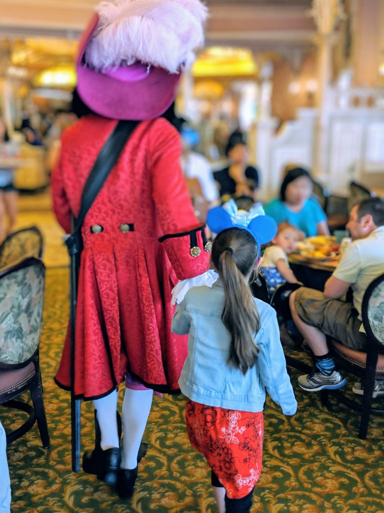 Are you looking for a character meal at Disneyland? See why the Plaza Inn breakfast provides an amazing amount of character interaction without a high price. #disneyland #disneycharacters #disneyplanning