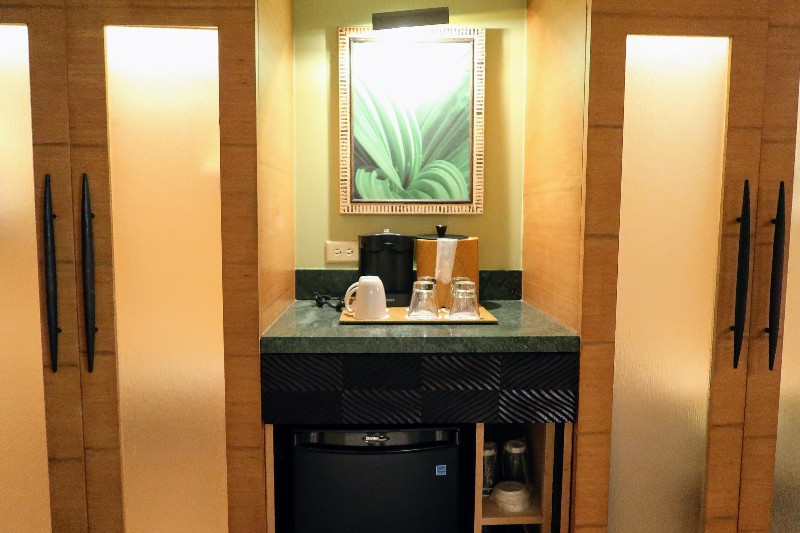 Disney's Polynesian Village Resort is a beautiful oasis. Take a tour of our Polynesian Resort standard room and see how it compares to a studio villa. #disneyworld #disneyvacation #disneyspolynesian #polynesianresort #familytravel