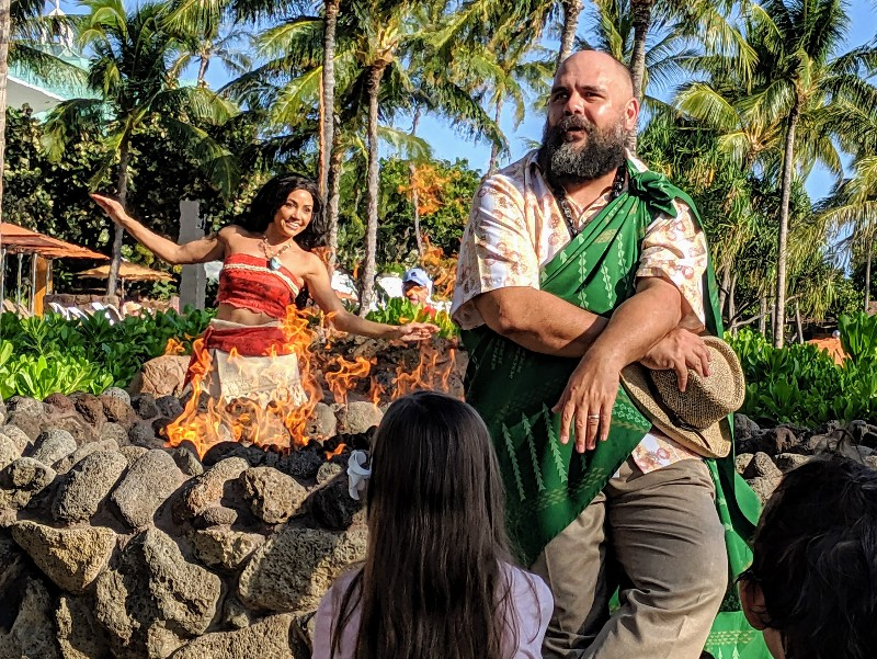 Disney Aulani character experiences occur all around the resort, but meeting Disney characters in Hawaii is very different that at the theme parks. #aulani #disneyaulani #disneytips #disneycharacters